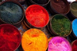 10629000-un-puesto-en-el-mercado-cerca-de-cuzco-peru-america-del-sur-latas-de-tintes-vegetales-de-colores-y-p